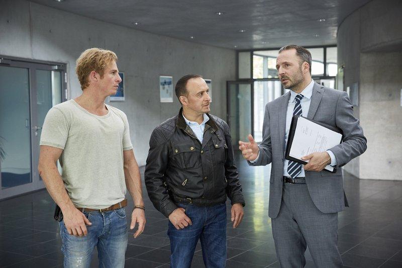 Martin Dreier (Robert Schupp, r.) erzählt Paul (Daniel Roesner, l.) und Semir (Erdogan Atalay), dass Luisa bei ihrem Praktikum beim Stehlen erwischt wurde. – Bild: RTL / Guido Engels