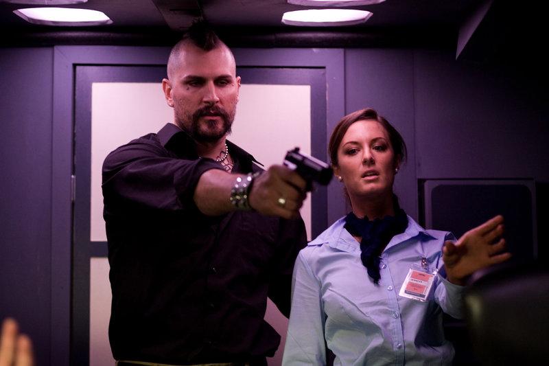 Terrorist Robert Stevens (Geoff Meed,m.) hat eine Stewardess als Geisel genommen. – Bild: RRS