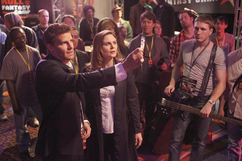 Booth (David Boreanaz, l.); Dr. Brennan (Emily Deschanel, 2.v.l.) – Bild: © 2009-2010 Fox and its related entities. All rights reserved. / Greg Gayne / Greg Gayne