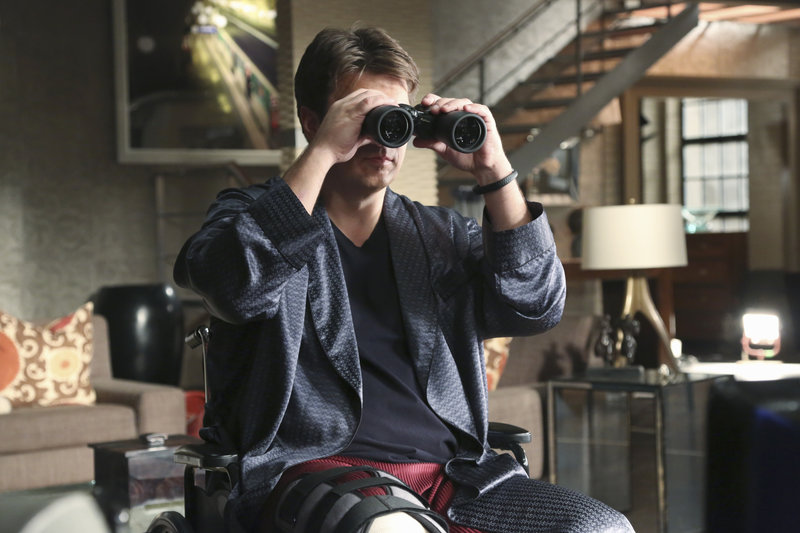 """CASTLE - """"The Lives of Others"""" -- In the show's 100th episode, Castle finds himself in the unfortunate position of NOT being able to work a case. While he's holed up in the loft with a broken leg, Beckett goes off to investigate the death of an IRS agent without him, leaving Castle miserable and bored. But when he thinks he witnesses the murder of a young woman in the apartment across the street, he is thrown into a """"Rear Window""""-esque murder mystery that hits much too close to home, on """"Castle"""". Richard Castle (Nate Fillion) – Bild: Universal Channel"""