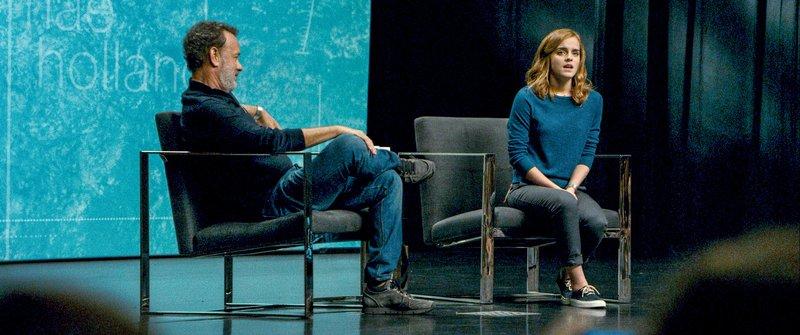 Bailey (Tom Hanks) und Mae (Emma Watson) halten eine Rede, bei der Bailey seine Mitarbeiter überzeugen möchte, ihre Privatsphäre dem Unternehmen zu überlassen. – Bild: ORF