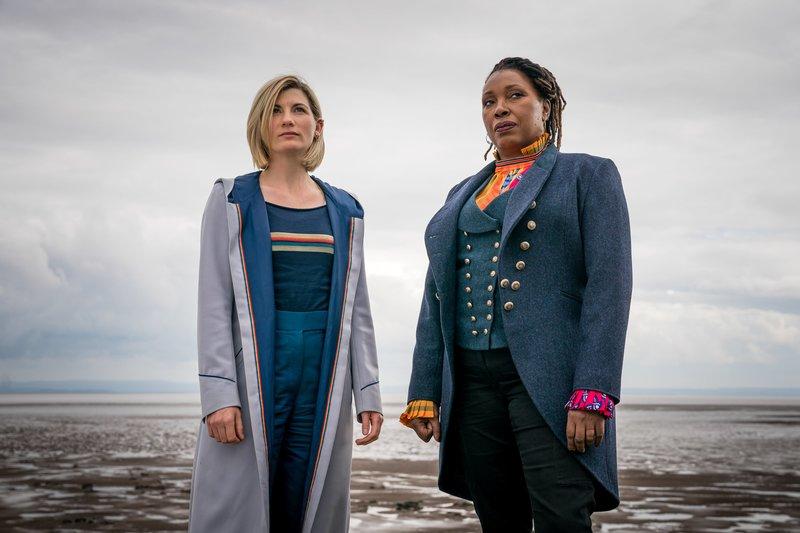 L-R: The Doctor (JODIE WHITTAKER), Ruth Clayton (JO MARTIN) – Bild: Fox Channel