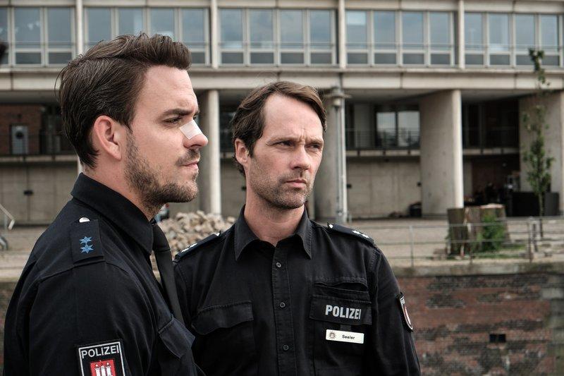 Langsam nerven Kris (Marc Barthel, l.) die Sticheleien von Mattes (Matthias Schloo, r.). – Bild: ZDF und Marion von der Mehden.