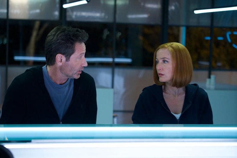 L-R: Mulder (David Duchovny) und Scully (Gillian Anderson) müssen sich mit künstlicher Intelligenz und zunehmender Automatisierung der Welt auseinandersetzen, denn die Technik ist in der modernen Welt überall – Bild: Pro 7 / Shane Harvey / © 2018 Fox and its related entities. All rights reserved.