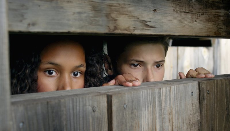 Nora und Simon beobachten das vermisste Mädchen. – Bild: NDR
