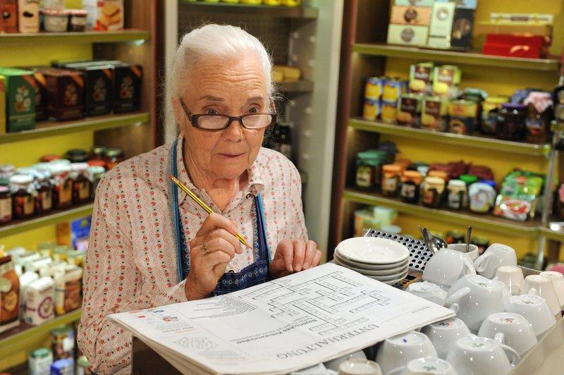 Theresa (Ursula Erber) tut sich unerwartet schwer beim Kreuzworträtseln. – Bild: BR/Marco Orlando Pichler