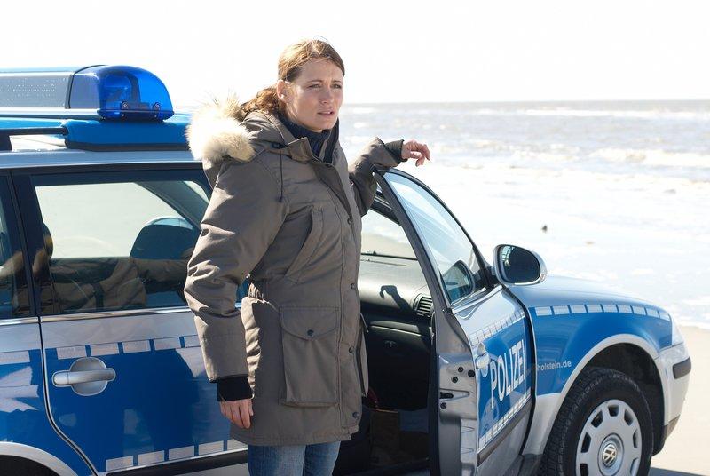 Polizeieinsatz am Strand: An der Nordsee ist eine tote Frau angespült worden. Nora Jaspers (Anja Kling) von der Kripo Husum soll ermitteln. – Bild: ZDF und Walter Wehner