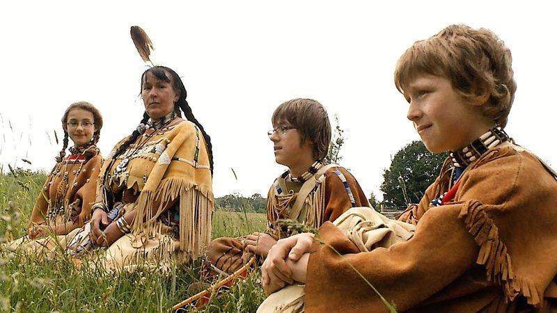 Simone (51) erzieht ihre vier Kinder nach den Regeln der Indianer und dem Wolfrudelprinzip. Tochter Antje (12) wurde deswegen bereits gemobbt. – Bild: VOX