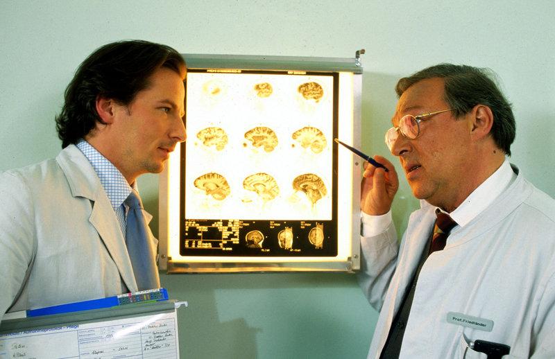 Dr. Meier-Liszt (David C. Bunners, l.) und Prof. Friedländer (Jaecki Schwarz, r.) analysieren die Röntgenbilder eines Patienten. – Bild: Sat.1 Eigenproduktionsbild frei