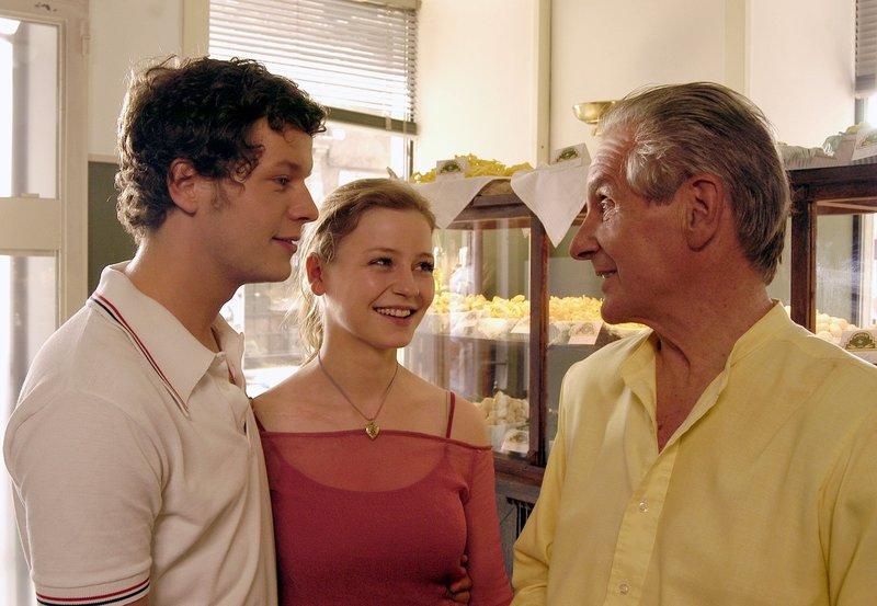 Marco (Mirko Lang, li.) stellt seinem Vater Giovanni Galvani (Renzo Martini) seine große Liebe Sara (Theresa Scholze) vor. – Bild: SWR