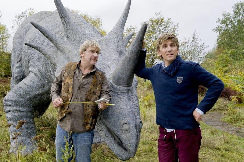 Im alten Dinopark suchen Fritz Fuchs (Guido Hammesfahr, r.) und sein Freund Julius (Jörg Schüttauf, l.) nach ungewöhnlichen Ausstellungsstücken. Dabei hat Fritz selbst eine Sensation für die Ausstellung parat. – Bild: ZDF und Antje Dittmann