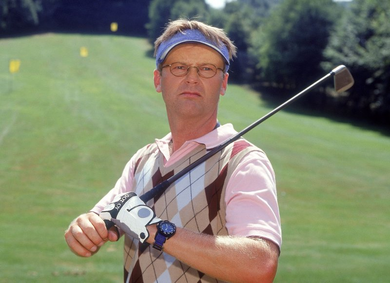 Golfanfänger Lothar (Rene Heinersdorff) ist mit seinem Abschlag nicht sehr zufrieden... – Bild: TVNOW / Frank Dicks