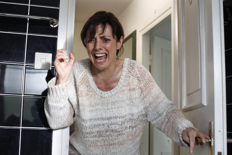 Lena (Katharina Bothén) macht in ihrem Badezimmer eine grausige Entdeckung. – Bild: ZDF und Johan Paulin