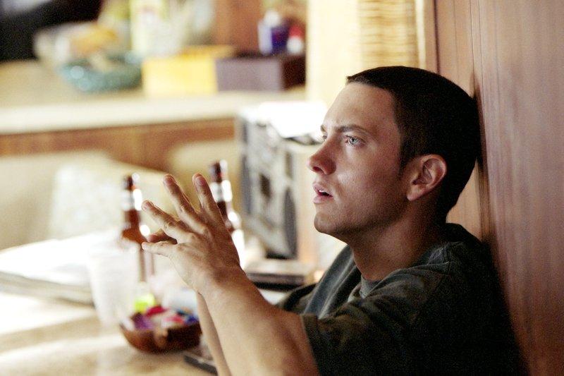 Jimmy (Eminem) hofft auf eine Karriere in der Musikbranche, doch der Weg zum großen Durchbruch ist mit lauter Alltagsproblemen gepflastert. – Bild: ZDF