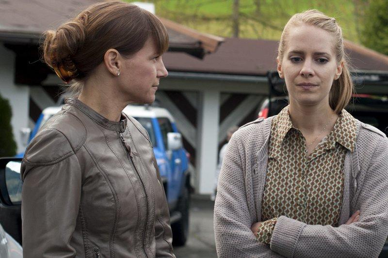 v.l.n.r.: Karin Kofler (Kristina Sprenger) und Lisa Steffler (Cornelia Ivancan) – Bild: ZDF und Stefanie Leo