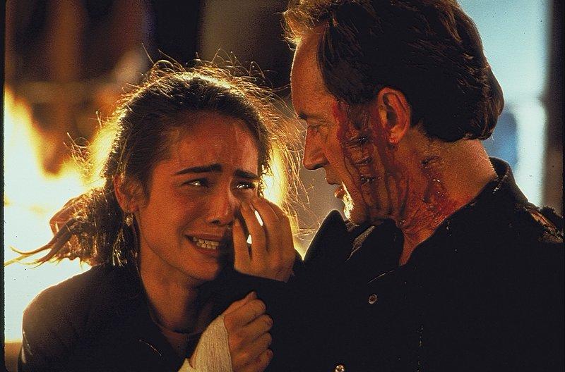 Profikiller Emil Fouchon (Lance Henriksen) hat es auf Natasha (Yancy Butler) abgesehen. – Bild: ZDF und Melissa Moseley