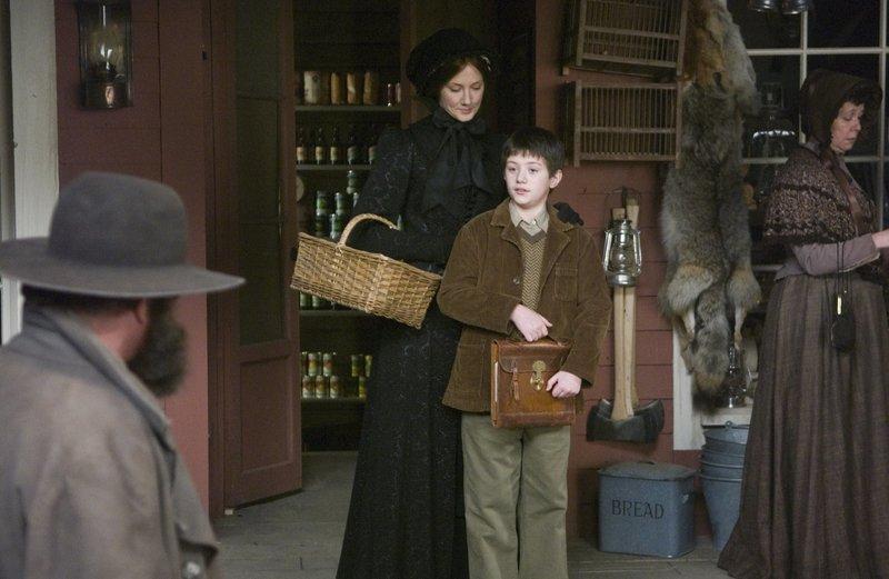 Der Junge Thomas McDowell (Luke Ward-Wilkinson) hat seinen Vater verloren und muss sich nun, zusammen mit seiner Mutter Susan (Joely Richardson), irgendwie durchschlagen. – Bild: KSM GmbH