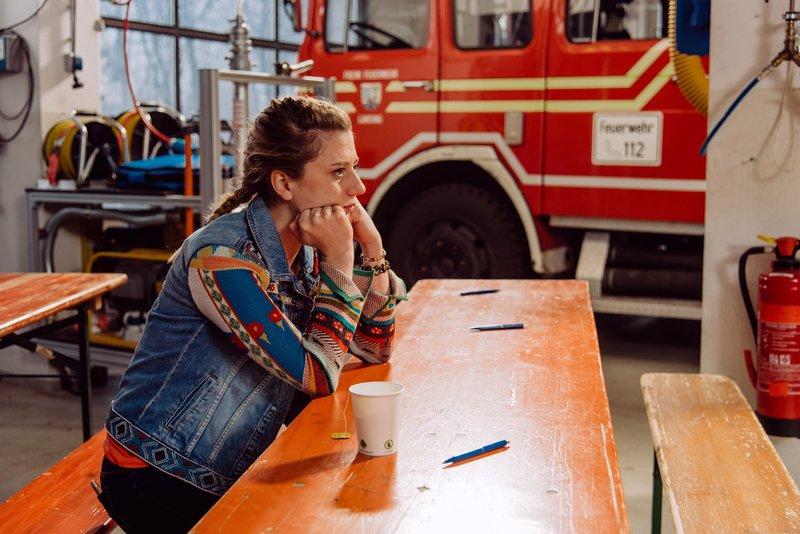 Sarah (Sophie Reiml) hofft, dass sie die Feuerwehrprüfung trotz ihres Trennungsschmerzes gut bestehen wird. – Bild: Nadya Jakobs