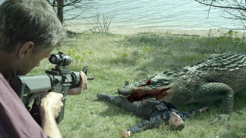 Deputy Ferguson (Oliver Walker, l.) versucht einzugreifen, bevor die genmanipulierten Reptilien weitermetzeln... – Bild: MG RTL D / © 2015 Sony Pic