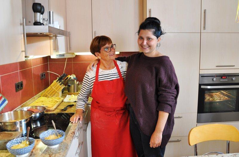 Oma Margarete Klenner und Enkelin Maja Simon in der Küche. – Bild: SWR/Megaherz/Matthias Koßmehl