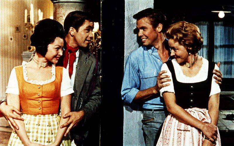 Der ahnungslose Amerikaner Jerry Blackwell (Gus Backus, 2. l.) wird von den Mädchen mit Millionärssohn Pitt (Peter Kraus) verwechselt. – Bild: ORF