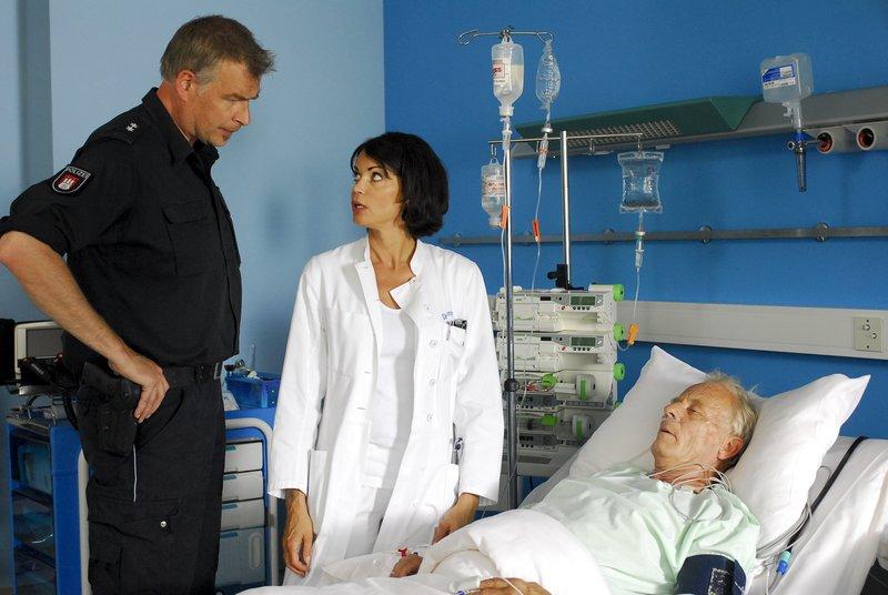 Jasmin (Gerit Kling, M.) macht Boje (Frank Vockroth, l.) klar, dass sein ehemaliger Partner Werner Johannsen (Rolf Becker, r.) schwer krank ist. – Bild: ZDF und Boris Laewen