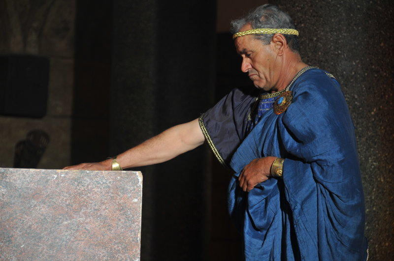 . . . 12. Ptolemy venerates Alexander's tomb.JPG – Bild: kabel eins Doku