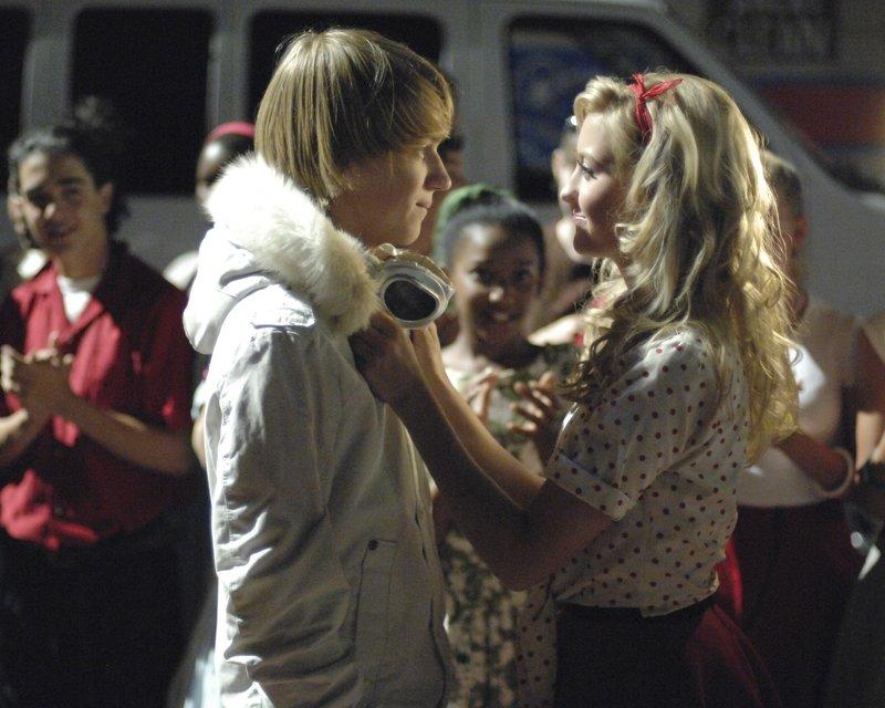 Stephanie (Chelsea Staub, r.) kann zunächst nicht glauben, dass der Schuldheld ihr Ex-Freund Virgil (Jason Dolley, l.) ist ... – Bild: 2007 Disney Channel Lizenzbild frei