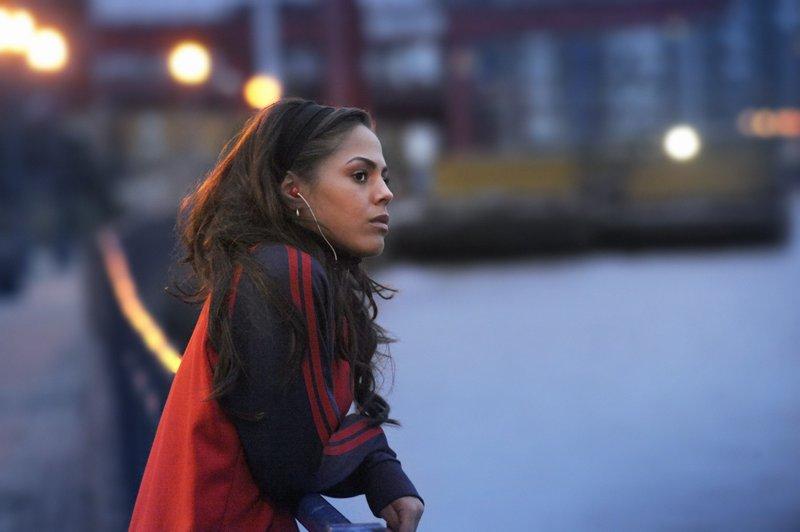 Läuferin Shania Andrews (Lenora Crichlow) fühlt sich zunächst ausgegrenzt von Lisa und den anderen Läuferinnen. – Bild: SUPER RTL