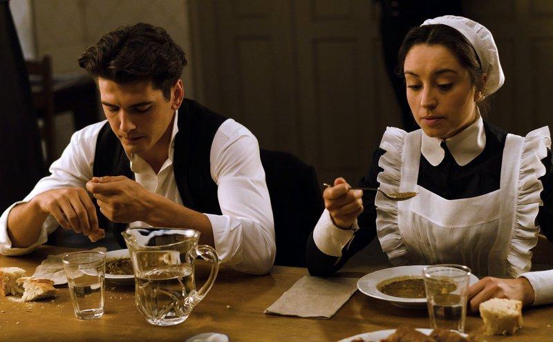 Julio (Yon González, l) und Camila (Andrea Trepat, r) – Bild: WDR/Beta Film/Enrique Baró Ubach