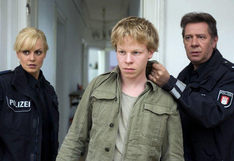 Dirk (Jan Fedder, r.) und Katja (Anja Nejarri, l.) schnappen sich Jens (Martin Wissner, M.), der gerade auf seinen Sozialarbeiter losgehen wollte. – Bild: ARD/Thorsten Jander