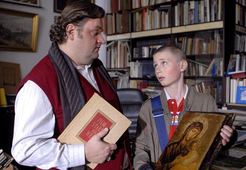 Karol ( Moritz Glaser, rechts) will sein Madonnen-Bild an einen Händler (Christoph Hagen Dittmann) verkaufen. Er ahnt nicht, wie wertvoll das Bild ist. – Bild: NDR/Romano Ruhnau