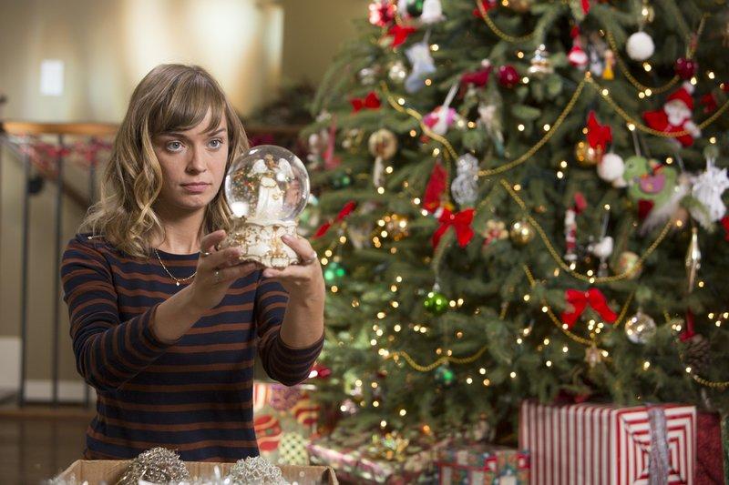 Für die Studentin Addie Folsom (Britt Irvin) ist es ein trauriges Weihnachten - sie braucht Unterstützung, um über den plötzlichen Tod ihres Vaters hinweg zu kommen. – Bild: VOX/Beta/Unity Pictures Gr