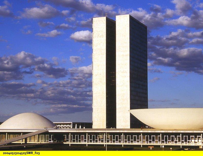 Parlamentsgebäude mit den Zwillingstürmen und Sitzungssälen von Senat- und Repräsentantenhaus. – Bild: BR/SWR/Wendt