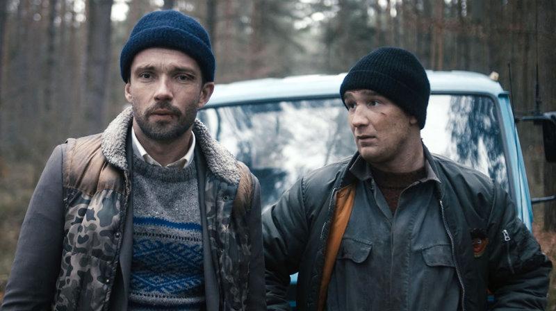 Mirko (Lucas Gregorowicz) und Letscho Talhammer (Frederick Lau) wollen den letzten Plan ihres verstorbenen Vaters verwirklichen. – Bild: NDR/Tamtam Film