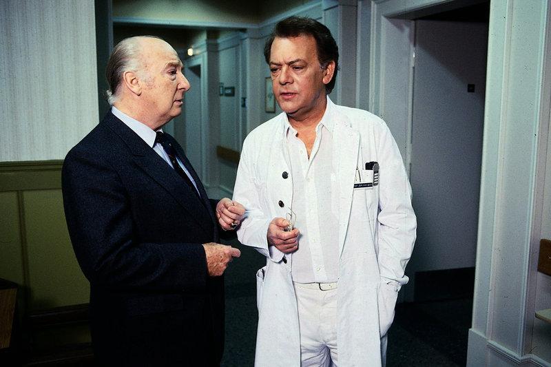 Schon wieder hat Verwaltungsdirektor Mühlmann (Alf Marholm) Kummer, weil Brinkmann (Klausjürgen Wussow) einen von einer einflussreichen Persönlichkeit empfohlenen Arzt für die Klinik ablehnt. – Bild: ZDF und Thomas Waldhelm