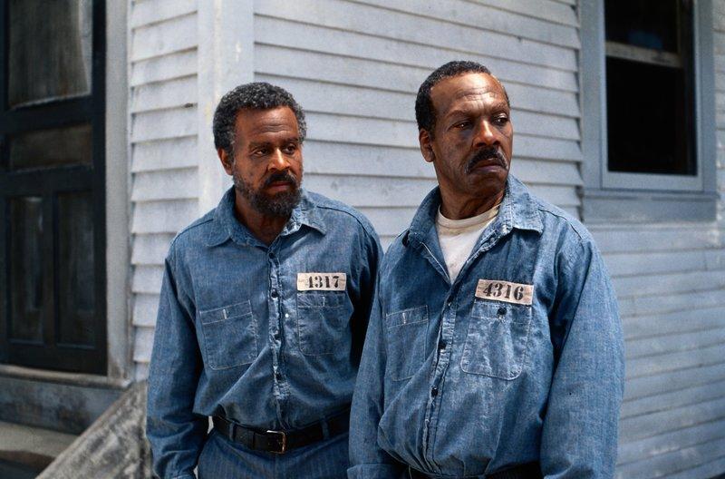 Claude (Martin Lawrence, l.) und Ray (Eddie Murphy, r.) werden wegen Mordes verhaftet, der ihnen vom örtlichen Sheriff angehängt wurde - und zu lebenslänglich verurteilt ... – Bild: 1999 Universal Studios. All rights reserved Lizenzbild frei