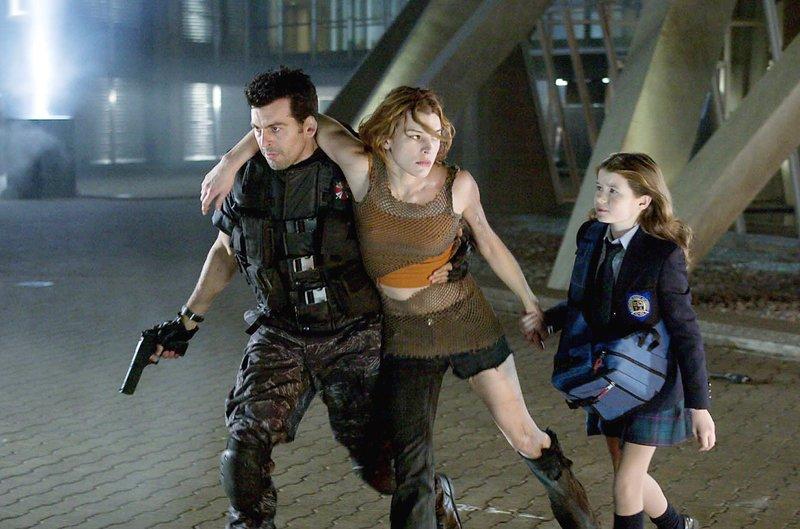 V.l.: Carlos Olivera (Oded Fehr), Alice (Milla Jovovich), Angie Ashford (Sophie Vavasseur) – Bild: MG RTL D / © 2004 Davis Fi