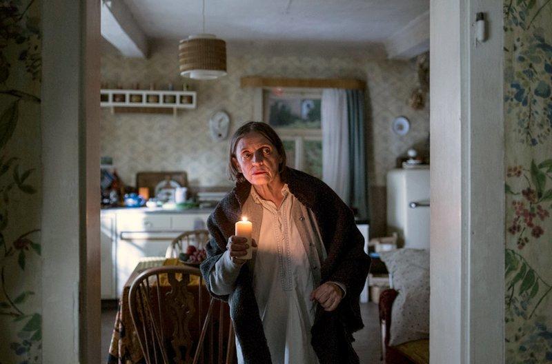 Jeschke (Katharina Thalbach) ahnt Böses, während sie bei Gewitter mit einer Kerze durchs Haus schleicht. Was passiert da nur im Garten ihres Nachbars? – Bild: arte
