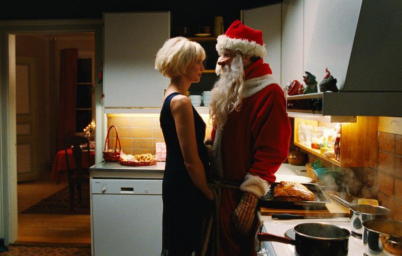 Tone (Kristine Rui Slettebakken) macht sich an den Weihnachtsmann ran ... – Bild: ZDF / © Pandora Filmproduktion/John Christian Rosenlund