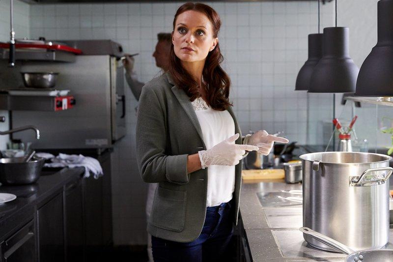 Pathologin Mai (Sina Wilke) untersucht neben den Spuren am Tatort auch die dort zubereiteten Speisen. – Bild: ZDF und Bojan Ritan.