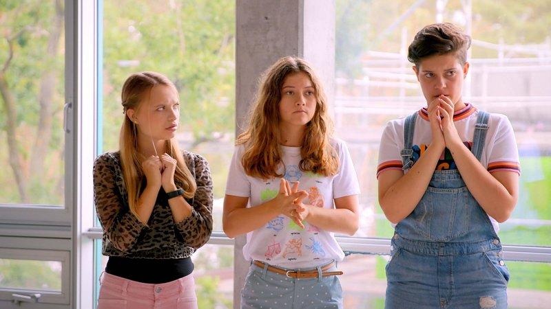 L-R: Ruby (Lisa Küppers), Toni (Luana Knöll), Azra (Lea Mirzanli) – Bild: Nickelodeon