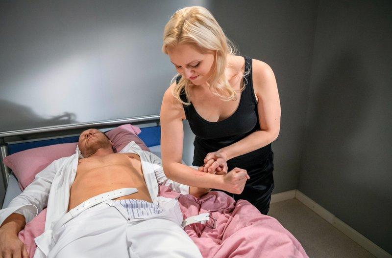 Annabelle (Jenny Löffler, r.) setzt ihren perfiden Plan in die Tat um, ohne dass der betäubte Dr. Borg (Markus Ertelt, l.) etwas davon mitbekommt. – Bild: ARD/Christof Arnold