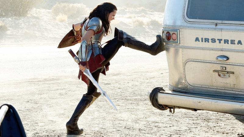 Die asgardische Kriegerin Lady Sif (Jaimie Alexander) greift an.. – Bild: RTL II