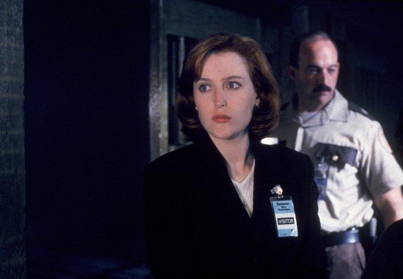 Dana Scully (Gilian Anderson, l.); Fornier (Mitchell Kosterman, r.) – Bild: 1995 Twentieth Century Fox Film Corporation. All rights reserved. Lizenzbild frei
