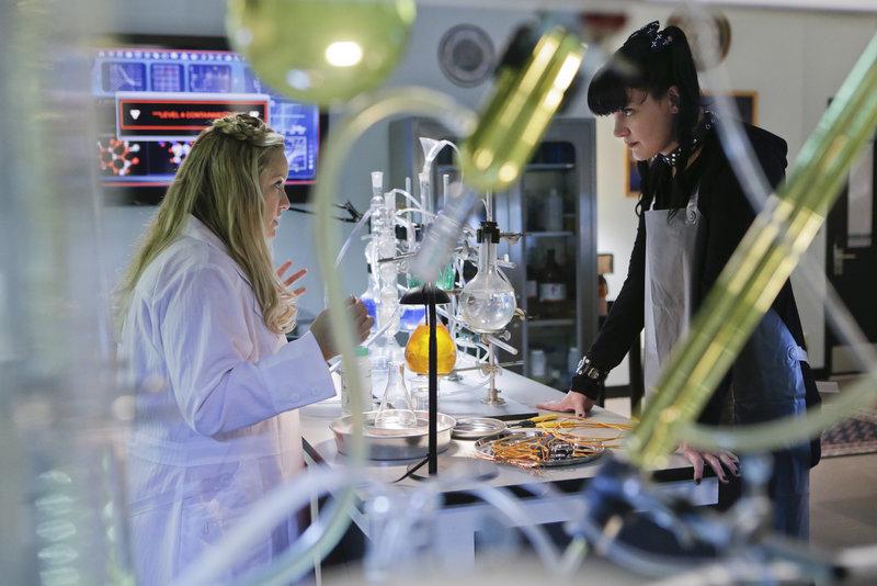 Hat Dr. Janice Brown (Lucy Davis, l.) etwas mit dem aktuellen Fall zu tun, den Abby (Pauley Perrette, r.) und das restliche Team bearbeiten? – Bild: Sat.1