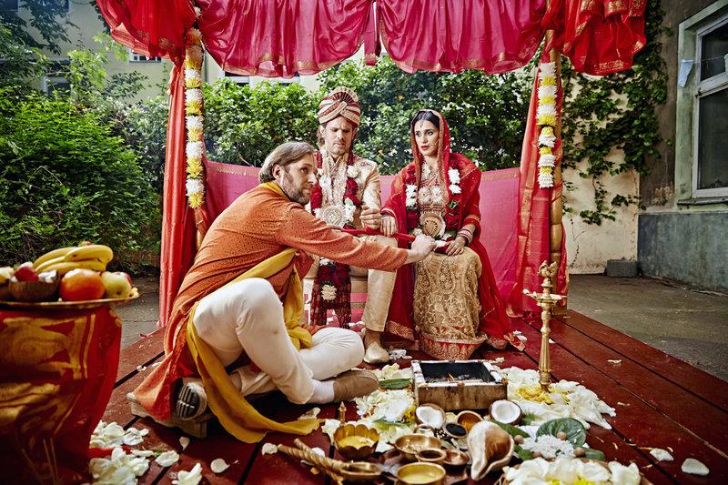 Mit Joshi (Stephan Grossmann, li.), dem indischen Priester aus Kreuzberg, kann nun die Hochzeit von Robert (Steffen Groth, Mi.) und Kissy (Maryam Zaree) gefeiert werden. – Bild: ZDF / © ZDF/Heinz Heiss