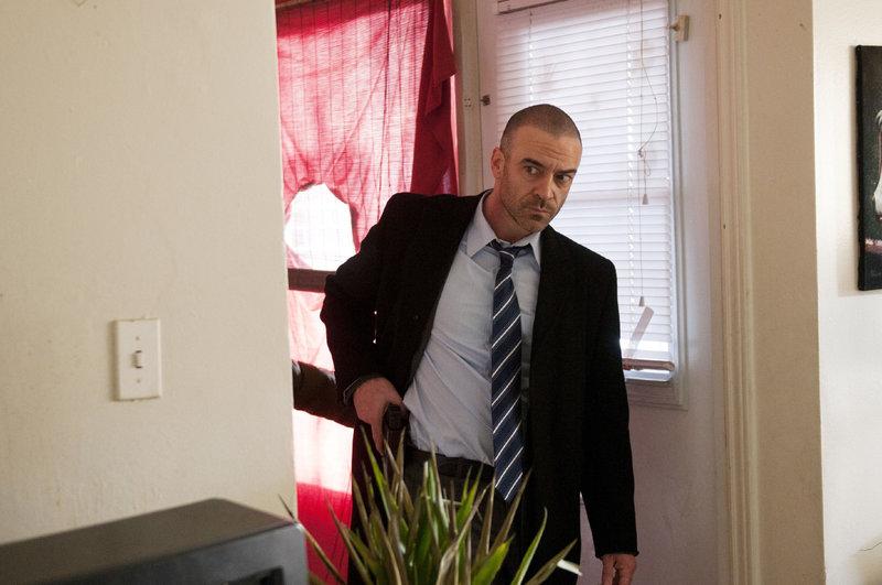 Ein wichtiger Informant wurde von einem Polizisten brutal zusammengeschlagen, seither ist er spurlos verschwunden. Doch Derek Spears (Alan Van Sprang) gelingt es, dessen kleinen Bruder ausfindig zu machen. – Bild: TVNOW / KING FILM PRODUCTIONS II / BETA FILM