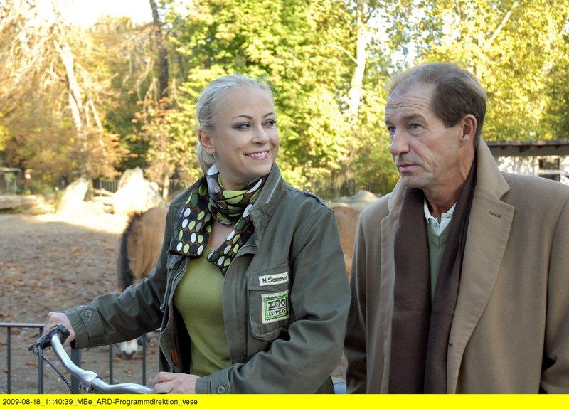Dem bezaubernden Lächeln von Nicole Sommer (Jenny Elvers-Elbertzhagen, links) kann Dr. Fährmann (Michael Lesch) nicht widerstehen. Nur zu gerne folgt er ihrer Einladung zum Rendevous. – Bild: ARD/BR/Christa Köfer