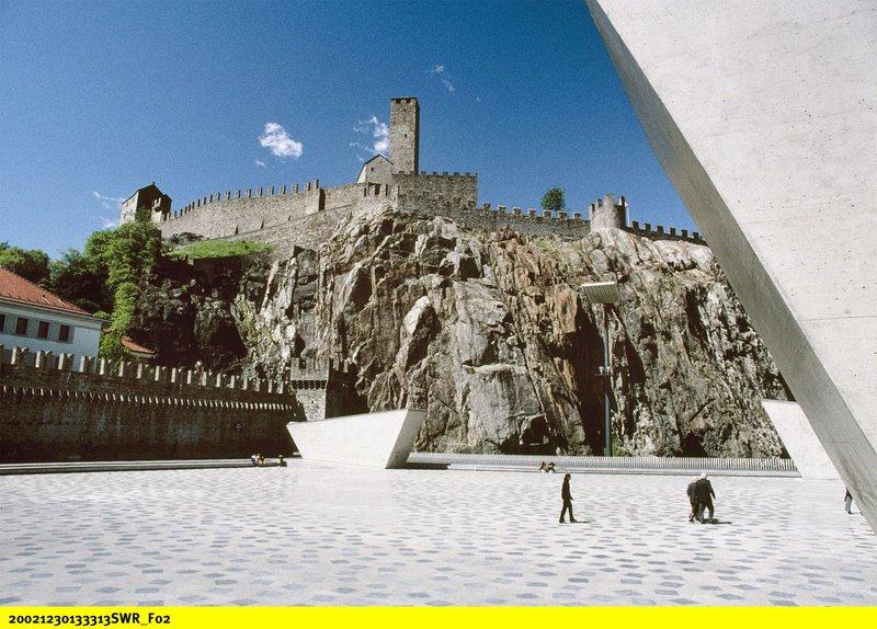 Castelgrande: Detail Burgmauern mit Turm. – Bild: BR/SWR/Gensch